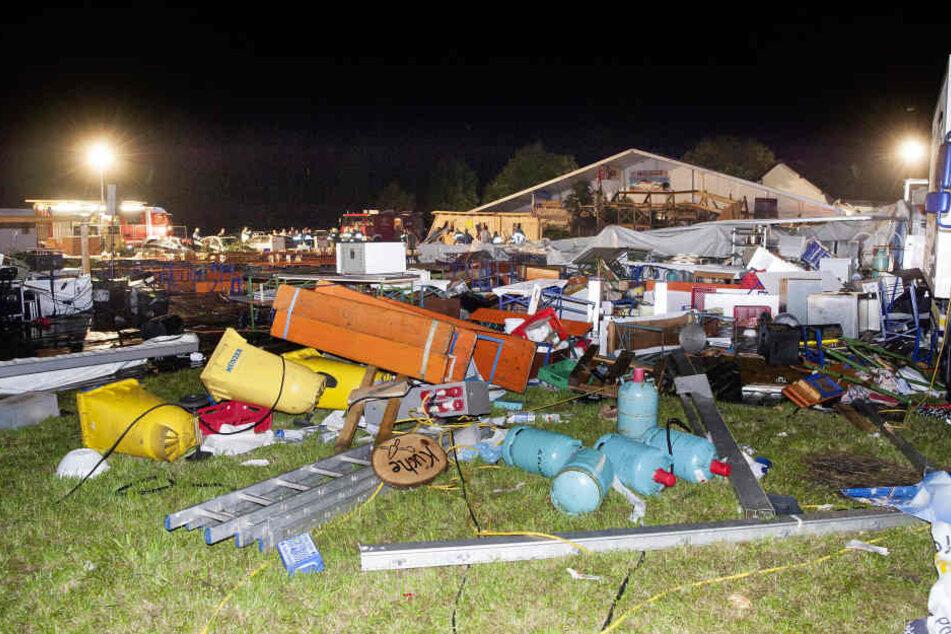 Trümmer des Festzeltes liegen nach dem Einsturz des Zeltes auf einem Festplatz.