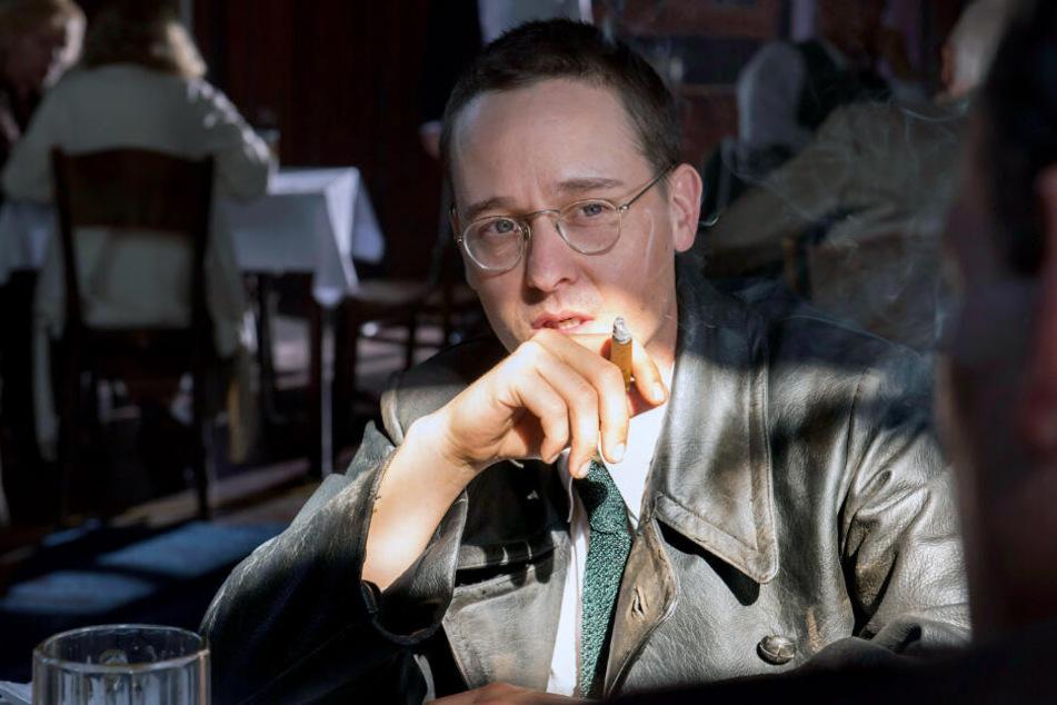 """Tom Schilling als Bertolt Brecht im Dokudrama """"Brecht"""" von Heinrich Breloer über den deutschen Schriftsteller Bert Brecht, das am 22.03.2019 auf Arte ausgestrahlt wurde."""