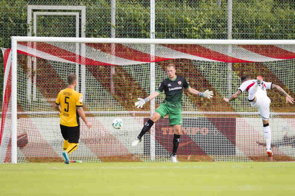 In der ersten Hälfte traf Daniel Ginczek zum 1:0, Dynamos Schlussmann Marvin Schwäbe war dabei machtlos.