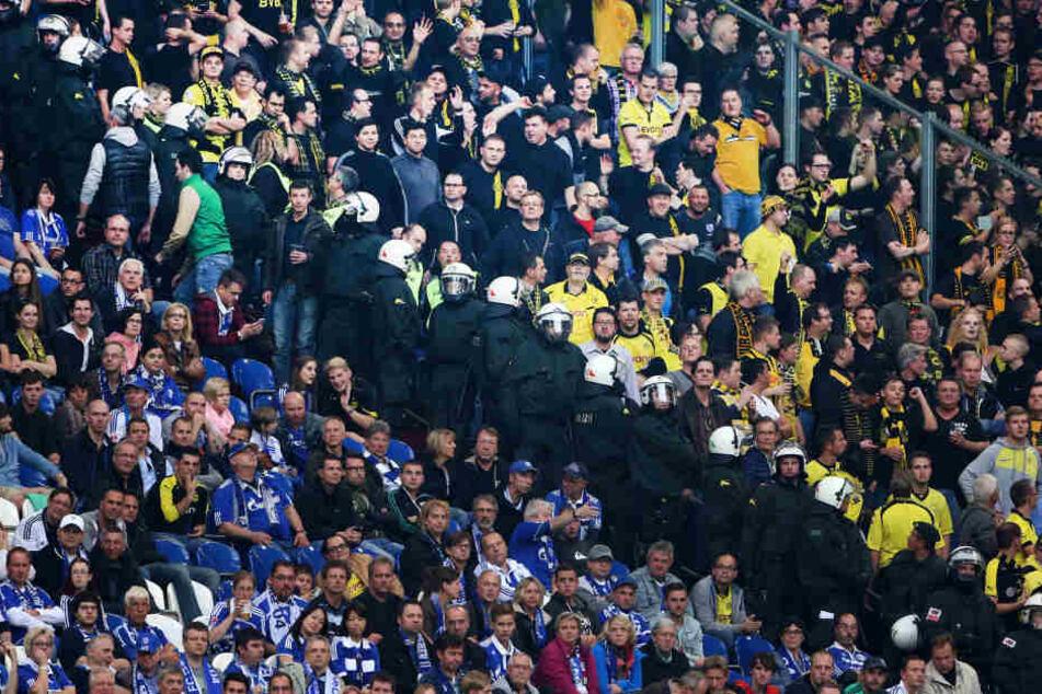 Die Anhänger sollen der Ultra-Szene des FC Schalke 04 angehören. (Symbolbild)