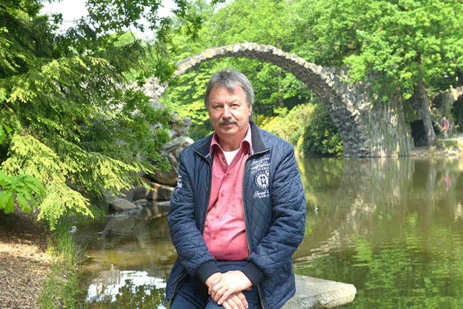 "Kromlaus Bürgermeister Dietmar Noack (62, CDU) vor ""seiner"" Brücke."