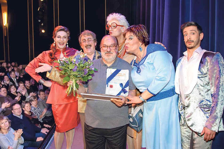 Das Ensemble des Boulevardtheaters holte Stammgast Wolfgang Voigt (62, Mitte) in seiner 100. Vorstellung auf die Bühne.