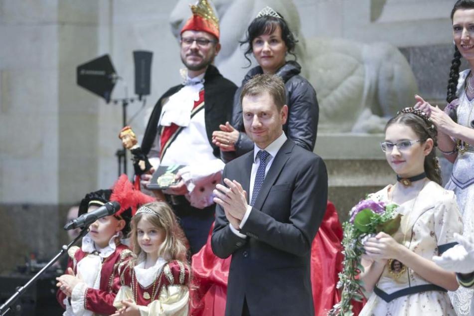 Pflichttermin: Ministerpräsident Michael Kretschmer (42, CDU) bekam Besuch von Karnevalisten aus dem Freistaat.