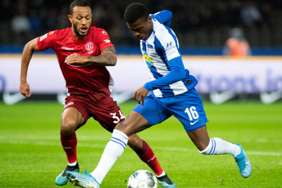 Herthas Javairo Dilrosun im Zweikampf mit Lewis Baker von Fortuna Düsseldorf.