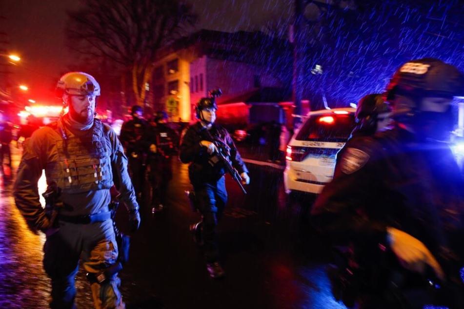 Polizisten in den USA im Einsatz nach einem Schusswechsel. (Symbolbild)
