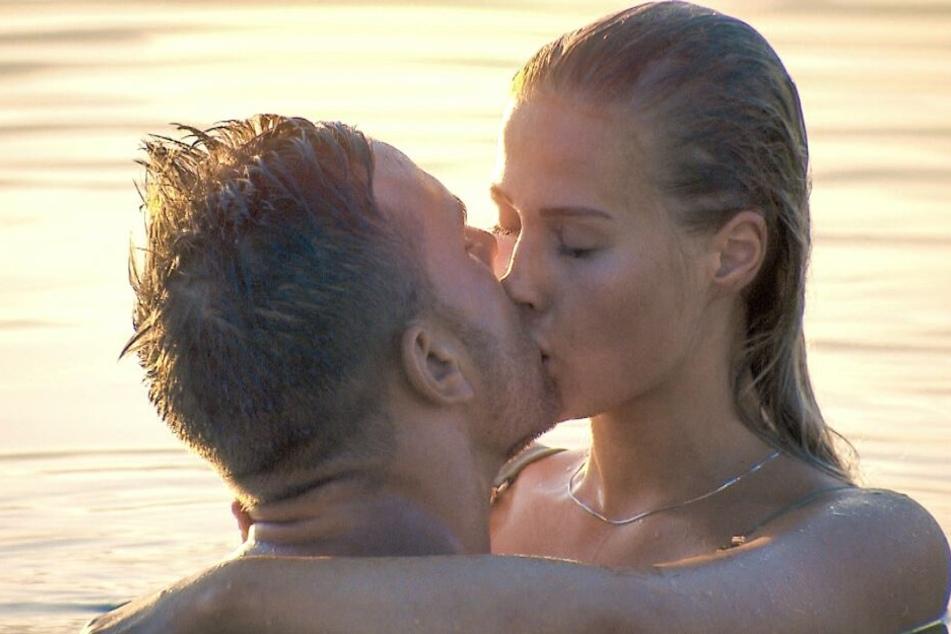Kuss 3: Mit Leah geht es im Wasser ebenfalls heiß her.