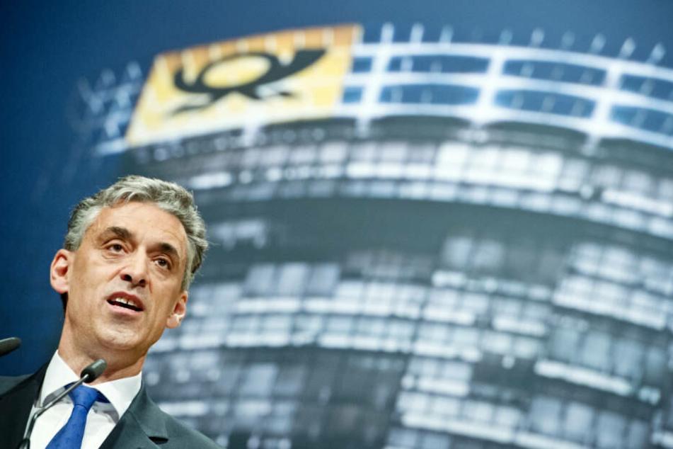 Vorstandschef Frank Appel sieht die Post trotz des Gewinn-Einbruchs auf Kurs.
