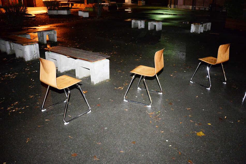 Die Einbrecher stellten die Stühle aus den Klassenräumen auf den Schulhof.