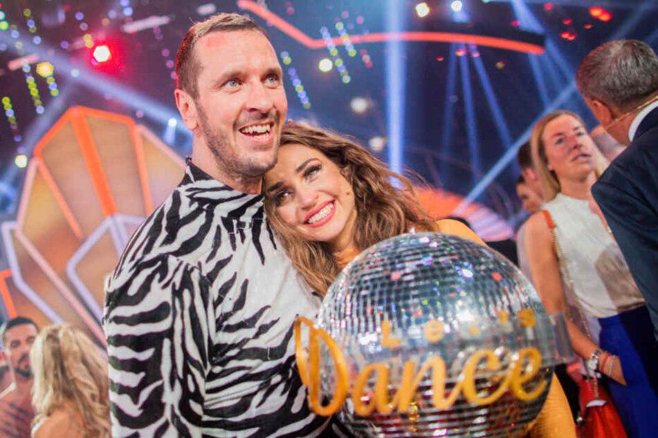 2019: Pascal Hens, ehemaliger Handballer, und Ekaterina Leonova, Profitänzerin, freuen sich in der RTL-Tanzshow Let's Dance im Coloneum mit dem Pokal über den Sieg.