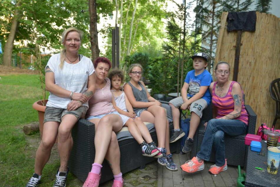 Ärgern sich über die Zustände: (v.l.) Susan Richter (36), Katja Pfund (37), Sandy (7), Marie (12), Pascal (10), Claudia Kuhnt (39).