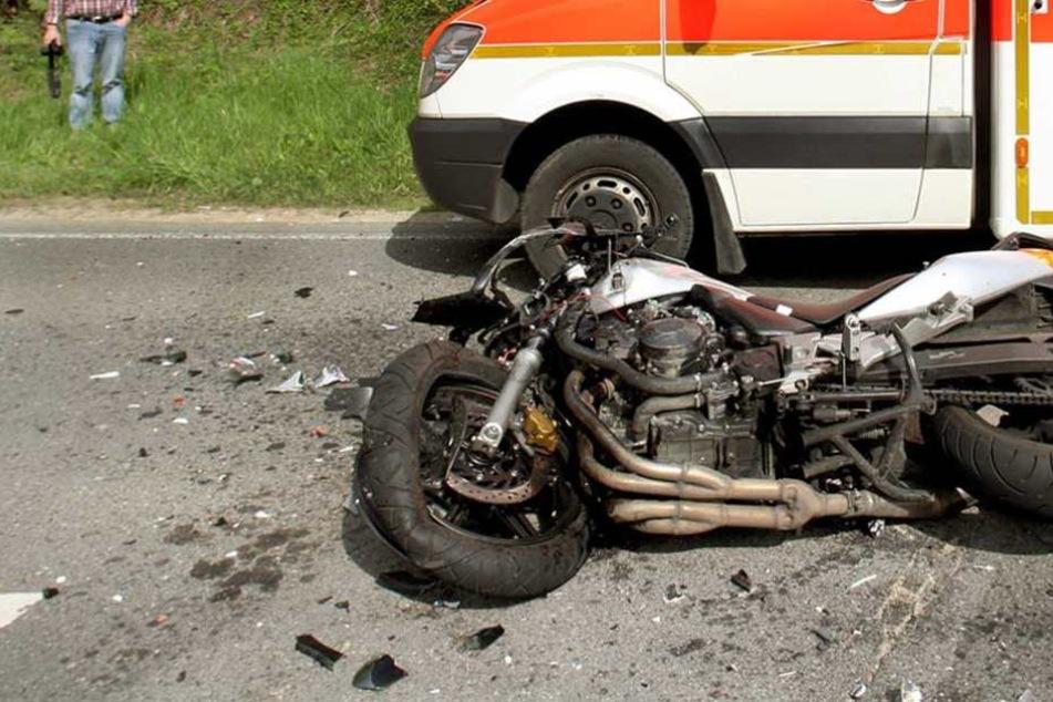 Bei einem Frontalcrash wurde ein Motorradfahrer getötet (Symbolbild).