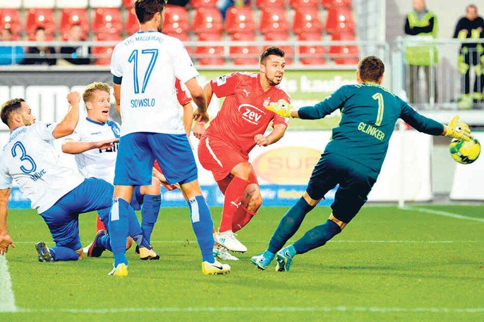 Das 1:0 für Zwickau! Davy Frickbezwang FCM-Keeper Jan Glinker.