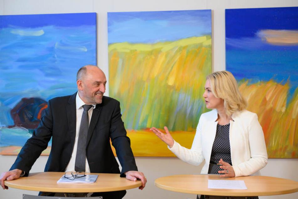 Mecklenburg-Vorpommerns Ministerpräsidentin Manuela Schwesig (SPD) ist hier rechts im Bild zu sehen.