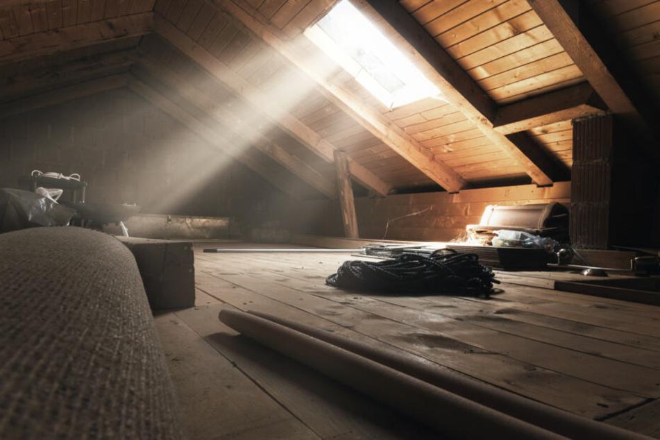 Der 18-Jährige wohnte heimlich auf dem Dachboden des Hauses. (Symbolbild)