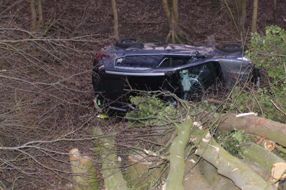Der Wagen des 57-Jährigen landete auf dem Dach in einem Graben.