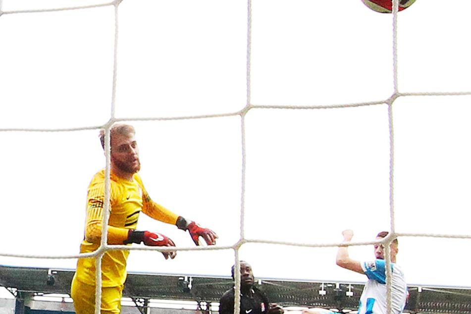 Zwei seiner 21 Tore erzielte Daniel Frahn (r.) gegen Aufsteiger Optik Rathenow. Hier überwindet er beim 3:0-Sieg im Heimspiel Torhüter Luis Zwick.