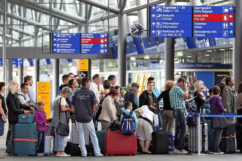 Am Schkeuditzer Flughafen dauert die Abfertigung am Mittwochmorgen länger. (Symbolbild)