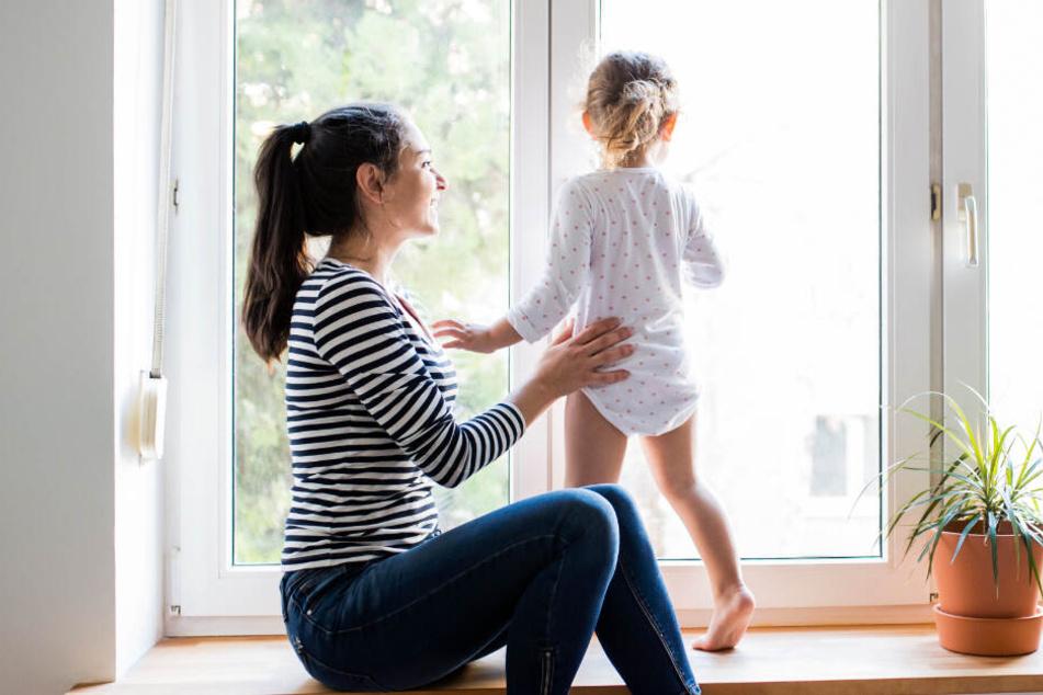 Kleinkind stürzt aus Fenster auf Gehweg und überlebt wie durch ein Wunder!