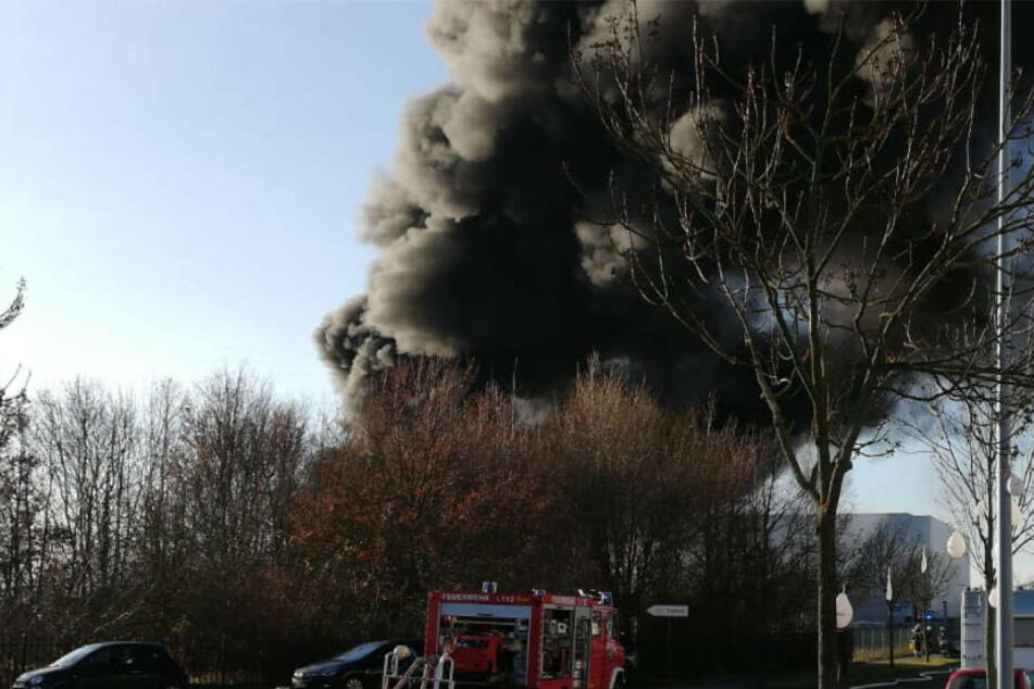 Fabrikbrand verursacht Mega-Rauchwolke bei Leipzig: Mitarbeiter (51) verletzt