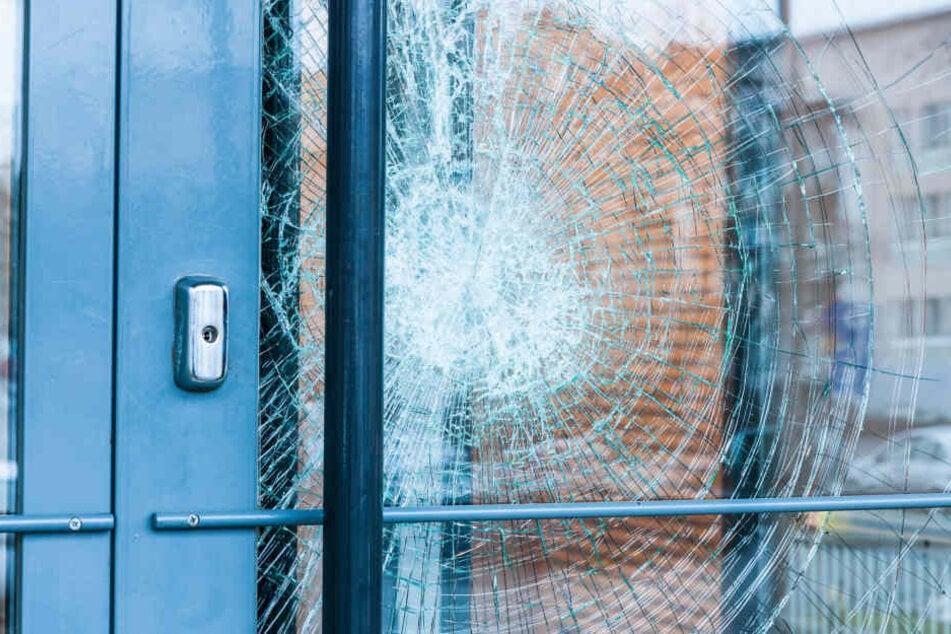 Bei einem Streit in Zwickau wurde ein Glastür beschädigt und ein Mann musste ins Krankenhaus. (Symbolbild)