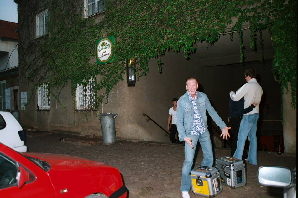 """Der Abend kann beginnen: DJ """"Recall 8"""" kommt mit Koffern voller Schallplatten am Club in Siegmar an."""