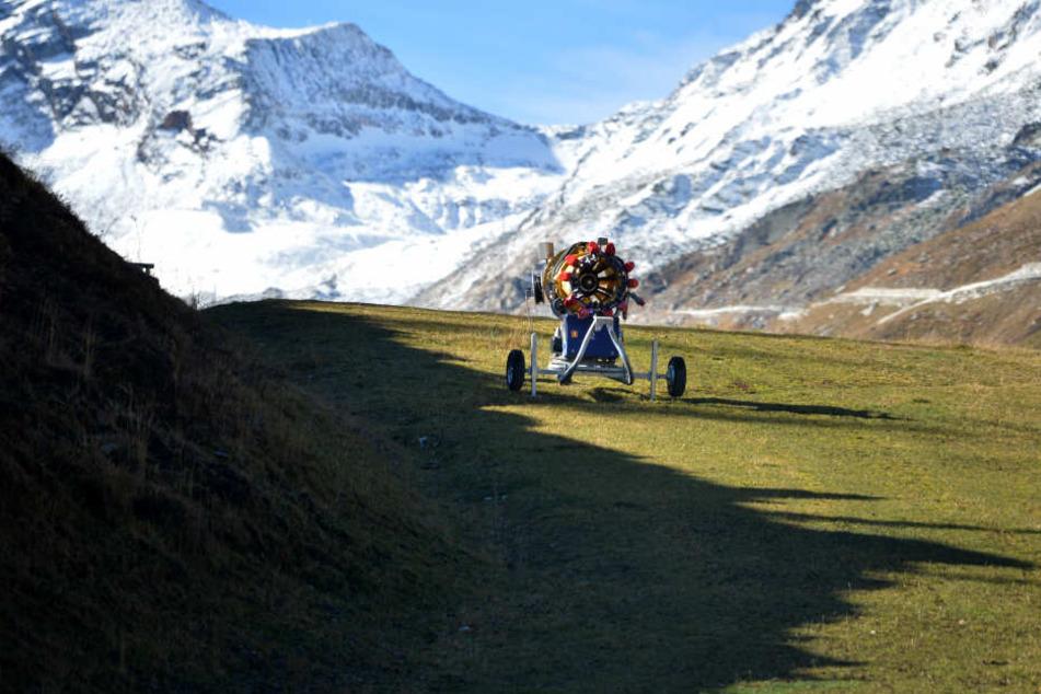 Oft muss eine Schneekanone nachhelfen, um die Pisten für die Wintersportler zu präparieren. (Archivbild)