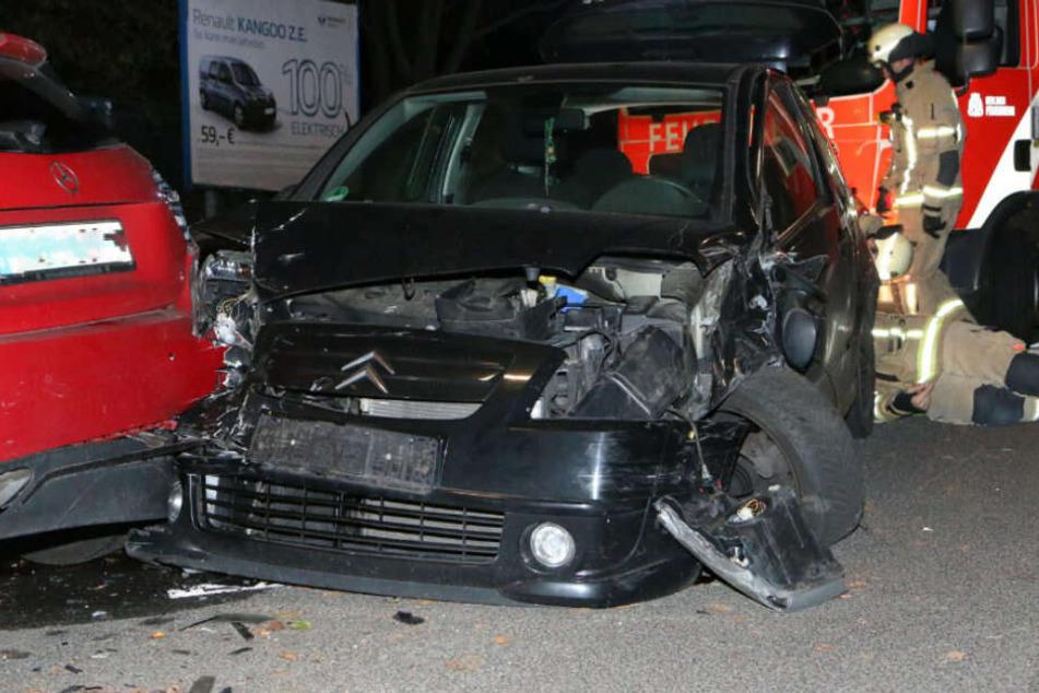 Der Kleinwagen rammte mehrere Wagen.