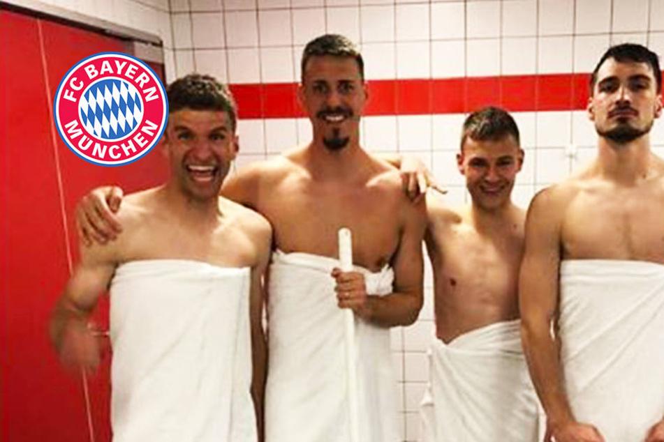 Was machen die Stars des FC Bayern denn halbnackt in der Kabine?