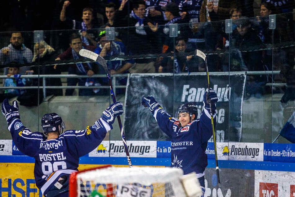Eislöwe Dennis Palka (r.) bejubelt mit seinem Teamkollegen Niklas Postel seinen Treffer zum 3:1.