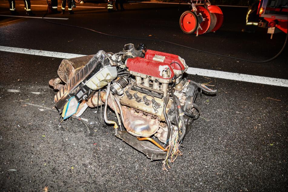 Durch die Kräfte, die bei dem Unfall auf der A9 wirkten, ist der Motor aus dem Sportwagen gerissen worden.
