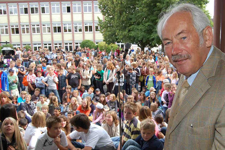 Der Nobelpreisträger Peter Grünberg sprach 2008) an seiner früheren Schule in Lauterbach. Anschließend wurde ihm die Ehrenbürgerwürde der Stadt Lauterbach verliehen.