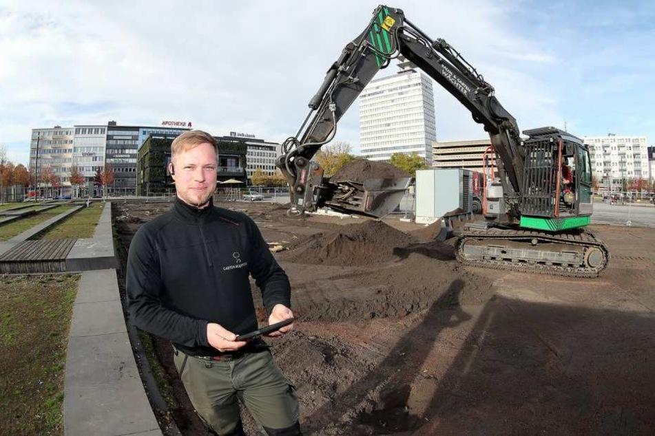 Ruben Wächters Firma übernimmt einen Teil der Arbeiten und trägt den alten Rasen ab.