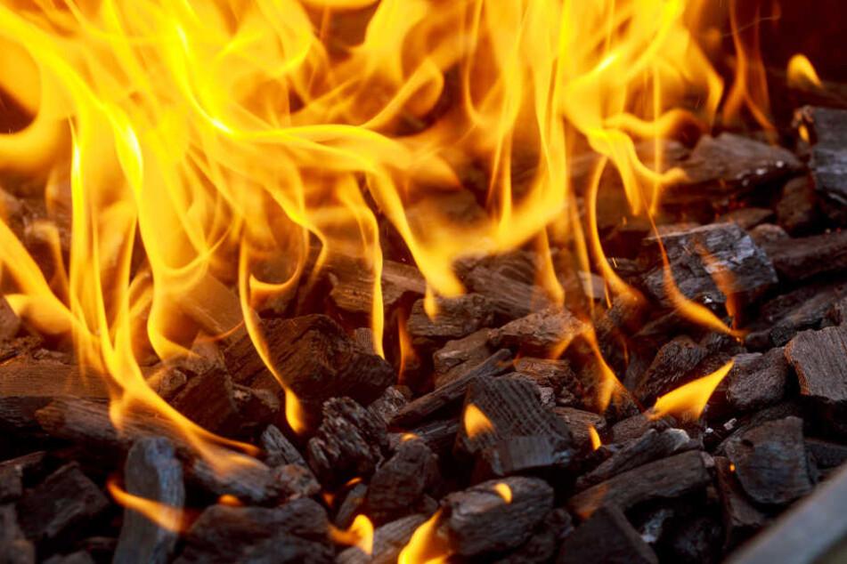 Der Holzkohlegrill verursachte bei den Bewohnern eine Kohlenmonoxidvergiftung. (Symbolbild)