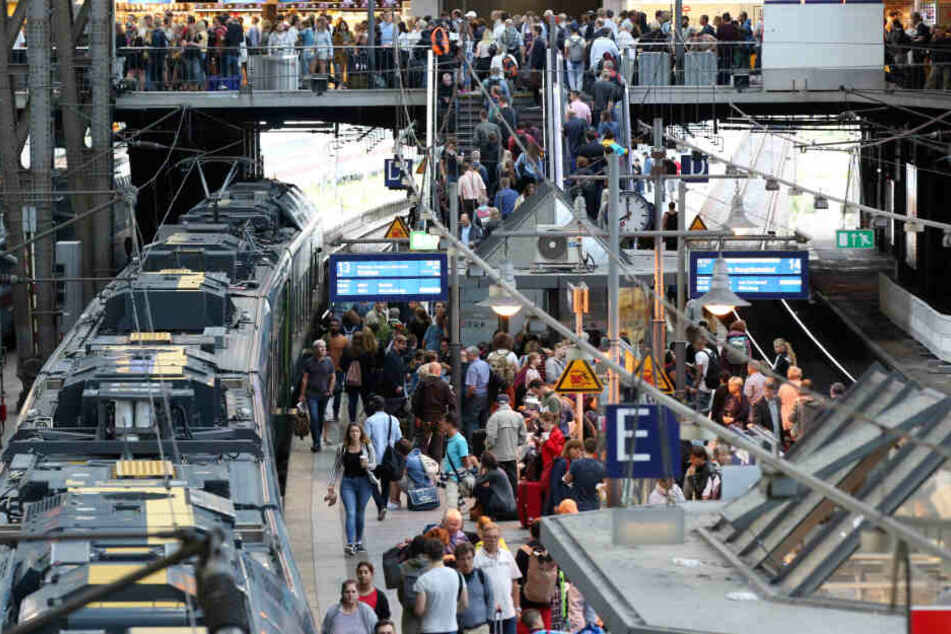 Der Hamburger Bahnhof ist voll mit Menschen. Bettler fragen hier vermehrt nach Geld.