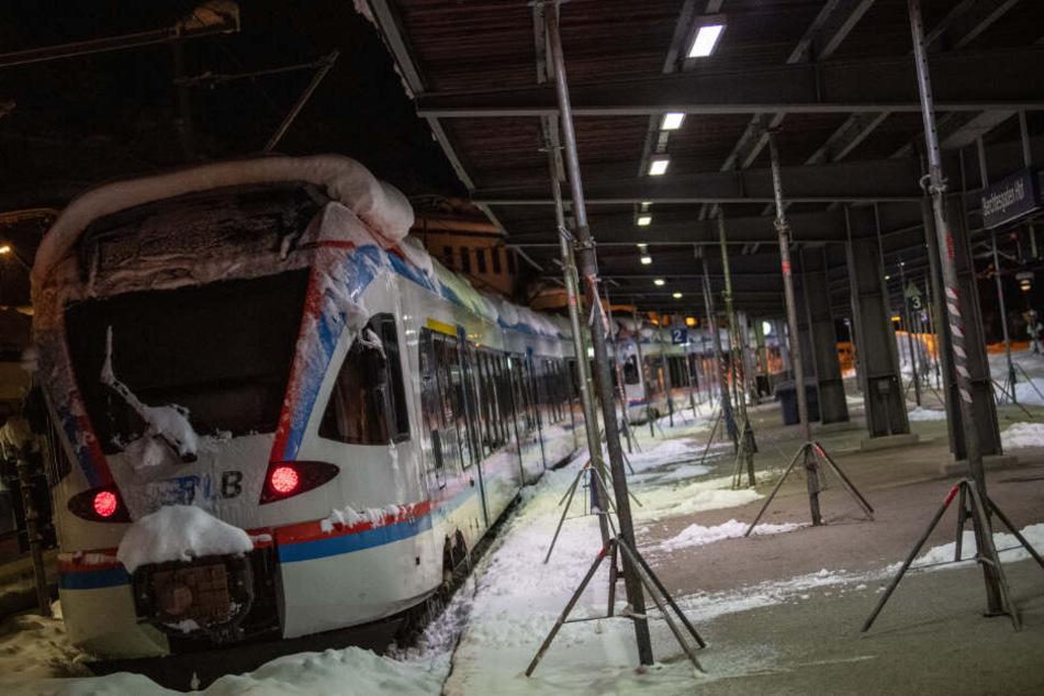 Ein eingeschneiter Zug steht im notdürftig abgestützten Bahnhof Berchtesgaden. (Archiv)