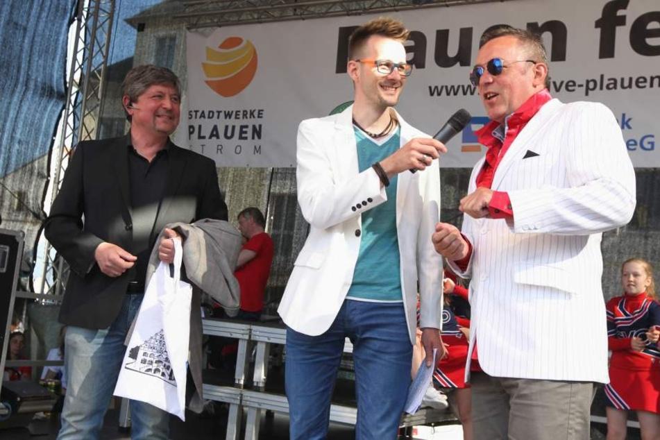 Top, die Wette gilt! OB Ralf Oberdorfer will den King auferstehen lassen - und zwar gleich hundertmal. Beim Plauener Stadtfest zeigte er, wie das aussehen soll.