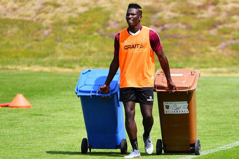 Sieht aus wie bei der Abfallentsorgung, aber Moussa Koné räumt nur nach dem Training auf.
