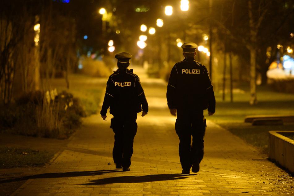 Polizisten laufen in der Nacht in Dresden-Gorbitz Streife. Neben der nächtlichen Ausgangssperre fällt auch die 15-Kilometer-Bewegungsbeschränkung weg.