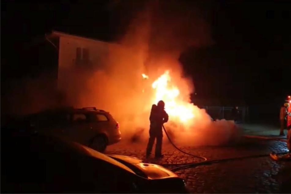 In der Nacht zu Dienstag ist in Berlin-Mahlsdorf das Auto von AfD-Kandidat Vadim Derksen in Flammen aufgegangen.