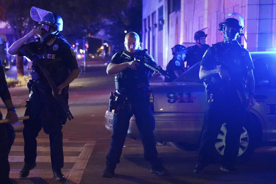 Eskalation bei Protesten in Louisville: Zwei Polizisten angeschossen!