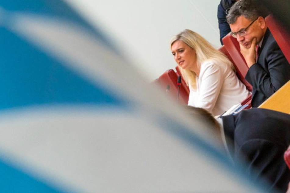 Melanie Huml (44, CSU), Staatsministerin für Gesundheit und Pflege, und Florian Herrmann (48, CSU), Leiter der Staatskanzlei und Staatsminister für Bundes- und Europaangelegenheiten und Medien bei der Sondersitzung.