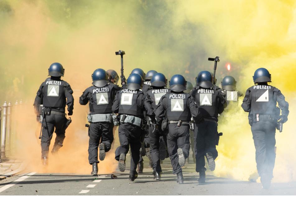 11 Polizisten wurden verletzt. 30 Personen kamen in polizeilichen Gewahrsam.
