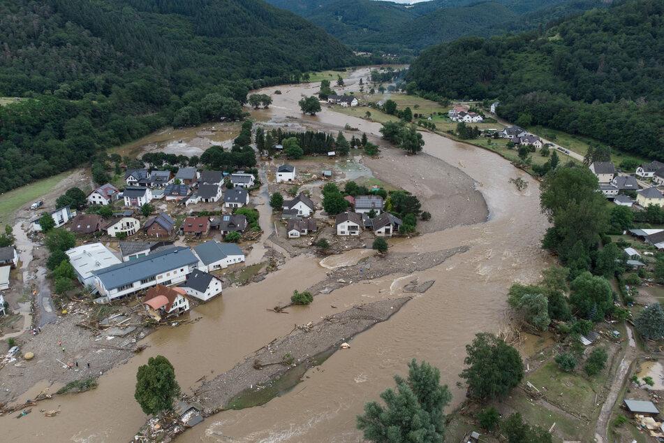 Eine Luftaufnahme des Örtchens Insul in Rheinland-Pfalz zeigt das Ausmaß der Zerstörungen an der Ahr.