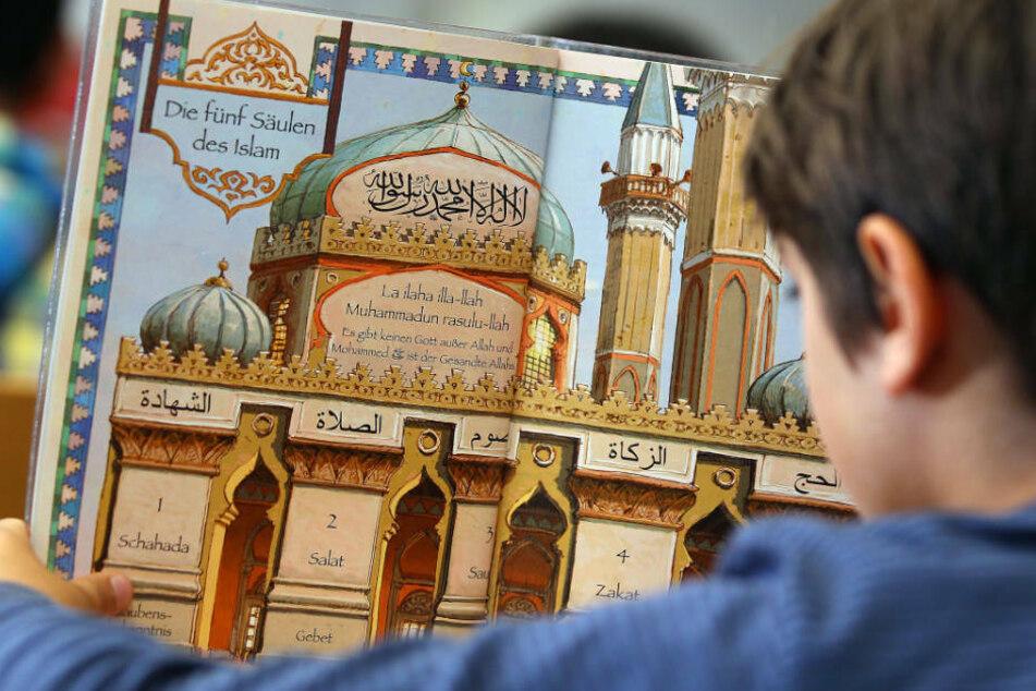 Während es beim bekenntnisorientierten Islam-Unterricht um nur reine Glaubens-Vermittlung geht, wird beim Unterrichts-Angebot des Landes auf die Vermittlung von Wissen über den Islam geachtet (Archivbild).