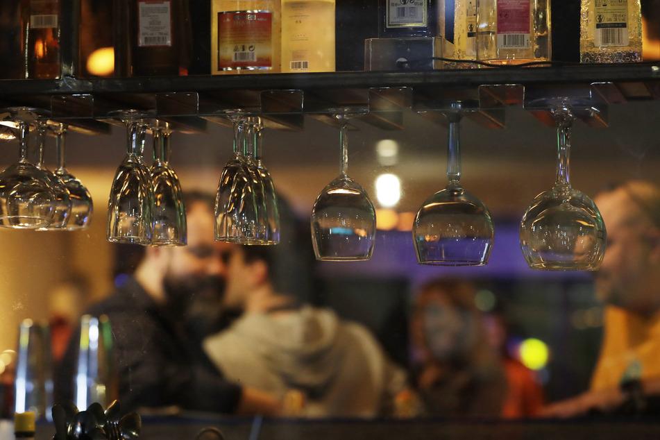 Polen, Warsaw: Menschen feiern in einer Bar. Bars, Clubs und andere Einrichtungen werden in Polen nach sieben Monaten Schließung wieder geöffnet.