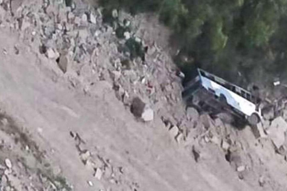 Kurz vorm Ziel: Bus stürzt 60 Meter tief in eine Schlucht! 12 Tote