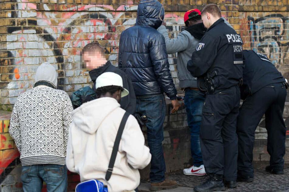 Polizisten kontrollieren bei einer Razzia mehrere Tatverdächtige.