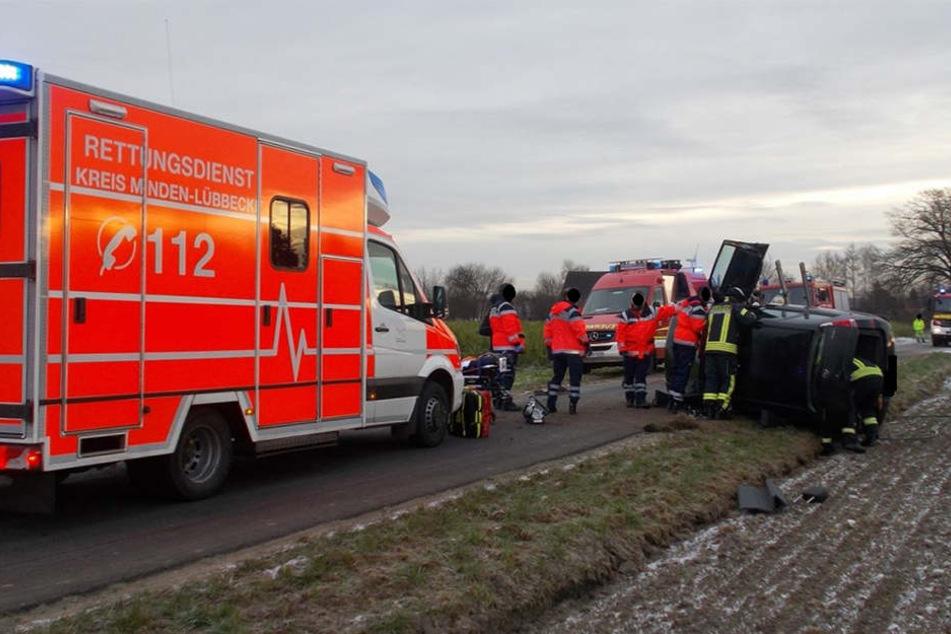 Nach einem Lenkmanöver kippte der Opel einer 41-Jährigen auf die Seite. Die Feuerwehr musste sie aus ihrer misslichen Lage befreien.