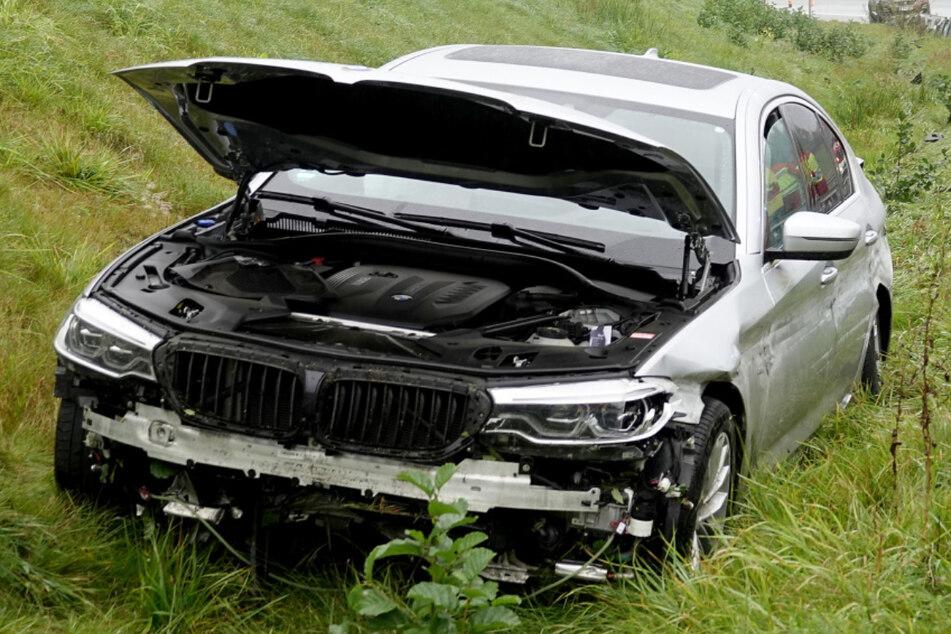 Der BMW-Fahrer verlor offensichtlich auf der nassen Fahrbahn die Kontrolle über das Auto und kam von der Straße ab.