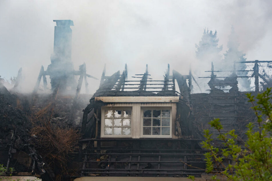 Die Feuerwehr war bis in die frühen Morgenstunden im Einsatz. Das Haus ist komplett zerstört.